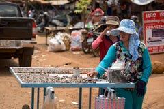 Den lokala gatabutiksinnehavaren som säljer kryddig chilipeppar, beskjuter Arkivfoto