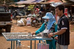 Den lokala gatabutiksinnehavaren som säljer kryddig chilipeppar, beskjuter Arkivbild
