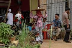Den lokala gatabutiksinnehavaren som säljer kryddig chilipeppar, beskjuter att gå med produkten på huvudet Arkivfoto