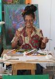 Den lokala konstnären på det storslagna Anse hantverket och kryddan marknadsför i Grenada Royaltyfri Foto