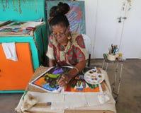 Den lokala konstnären på det storslagna Anse hantverket och kryddan marknadsför i Grenada Arkivbilder