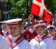 Den lokala marschmusikbandet i sommar ståtar, Sonderborg royaltyfri foto
