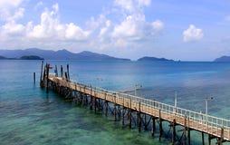 Den lokala pir in i havet arkivbilder