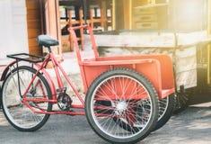 Den lokala röda trehjulingen är unik i Thailand arkivfoton