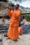 Den lokala turisten som tar foto med mobiltelefonen på Ravana, faller Royaltyfria Foton