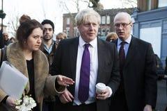 Den London borgmästaren Boris Johnson vizited små lokala affärer i Kew Royaltyfri Bild