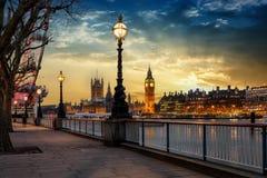 Den London flodstranden av Themsen med sikt till Big Ben under solnedgång arkivbild