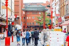Den London kineskvarteret presenterar kinesiska restauranger, bagerier, och souvenir shoppar arkivfoton