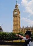 Den London polisen pekar långt. Royaltyfri Foto