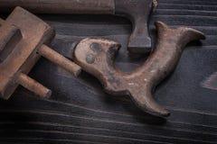 Den Longstanding rostiga handen såg träyttersidamåttet arkivfoto