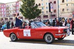 Den Los Angeles County bedömaren Jeffrey Prang rider i det kinesiska nya året ståtar arkivfoto