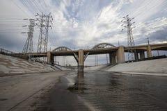 Den Los Angeles floden och den 6th gatabron Arkivbild