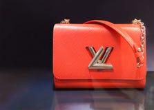 Den Louis Vuitton påsen ställer ut in på den Suria KLCC gallerian, Kuala Lumpur Arkivfoton