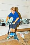 den luftburna pojken går hans sparkcykel Royaltyfri Fotografi