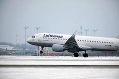 Den Lufthansa flygbussen A320-200 D-AIUQ tog av från den Munchen flygplatsen Arkivfoton