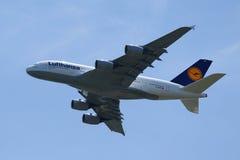Den Lufthansa flygbussen A380 stiger ned för att landa på den internationella flygplatsen för JFK i New York Fotografering för Bildbyråer