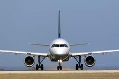 Den Lufthansa trafikflygplanet, innan den börjar, tar av Arkivbild