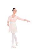 Den lugna attraktiva ballerina som poserar med hennes armar, fördjupa royaltyfri foto