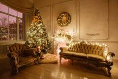 Den lugna bilden av det inre klassiska trädet för det nya året dekorerade i ett rum med spisen Arkivbilder