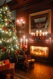 Den lugna bilden av det inre klassiska trädet för det nya året dekorerade i ett rum med spisen Royaltyfri Fotografi