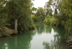 Den lugna rinnande flodJordanien på Yardenit den dop- platsen det traditionella stället av John The Baptist och hans departement arkivfoton