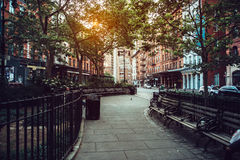 Den lugna stadsgatan parkerar under solljus i Manhattan, New York City Arkivbilder