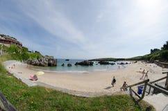 Den lugnaa stranden med vaggar royaltyfria foton