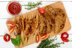 Den Lula kebaben är en traditionell asiatisk maträtt Chopped stekte kött på steknålar arkivfoton