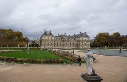 Den Luxembourg trädgården och den Luxembourg slotten Fotografering för Bildbyråer
