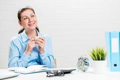Den lyckade affärskvinnan drömmer för en kopp kaffe arkivfoton