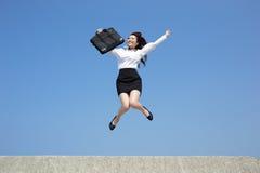 Den lyckade affärskvinnan hoppar Fotografering för Bildbyråer