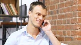 Den lyckade affärsmannen som talar på den smarta telefonen, firar goda nyheter Royaltyfri Foto