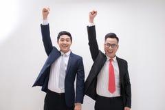 Den lyckade asiatiska affärsmannen räcker upp mening lycklig eller seger med royaltyfria bilder