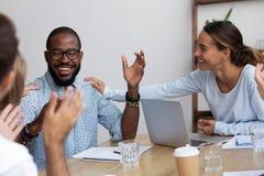 Den lyckade företagsmedlemmen fick befordran känner lyckliga kollegor c arkivbild