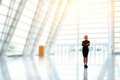 Den lyckade kvinnliga vd:n väntar affärspartners royaltyfria foton