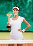 Den lyckade kvinnligtennisspelaren segrade matchen Arkivfoto