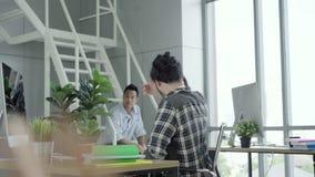 Den lyckade stiliga smarta asiatiska idérika affärsmannen och hans kollegaarmar lyftte att fira framgångfungerande resultatmening stock video
