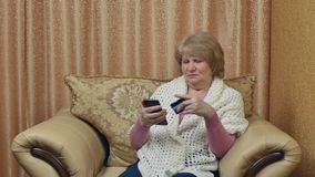 Den lyckliga äldre kvinnan gör köp över internet och betalar med ett kort card grund shopping för dof-fokushanden online mycket stock video