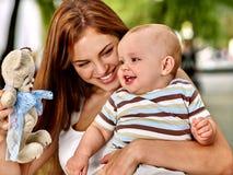 Den lyckliga älska modern och hon behandla som ett barn utomhus Royaltyfri Foto