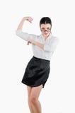 Den lyckliga affärskvinnan som böjer hennes arm, tränga sig in för att visa hur stong s arkivbild