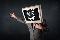 Den lyckliga affärsmannen med ett PCbildskärmhuvud och en smiley vänder mot Arkivfoto