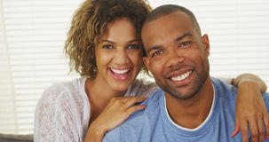 Den lyckliga afrikansk amerikan kopplar ihop att le Fotografering för Bildbyråer