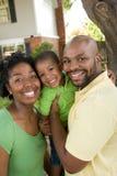 Den lyckliga afrikansk amerikanfamiljen med deras behandla som ett barn Royaltyfria Foton