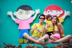 Den lyckliga asia familjen med barn visar handen Royaltyfri Fotografi