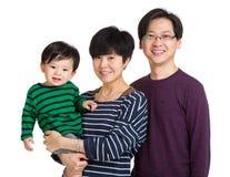 Den lyckliga asia familjen med behandla som ett barn pojken royaltyfria bilder