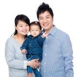 Den lyckliga asia familjen med fadern, moder och deras behandla som ett barn dottern royaltyfri bild