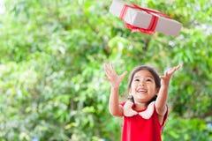 Den lyckliga asiatiska barnflickan i jul klär ha gyckel för att kasta Arkivbild