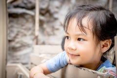 Den lyckliga asiatiska flickan rider på en lastbil Le den asiatiska flickaframsidan Arkivfoton