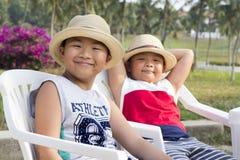 Den lyckliga asiatiska ungen tycker om sommarsemester royaltyfria foton