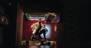 Den lyckliga attraktiva unga mannen och tycker om att dansa på stångtabellen 4K stock video